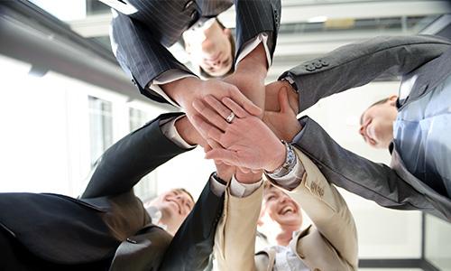 Bild mit Gruppe die Teamgeist zeigt